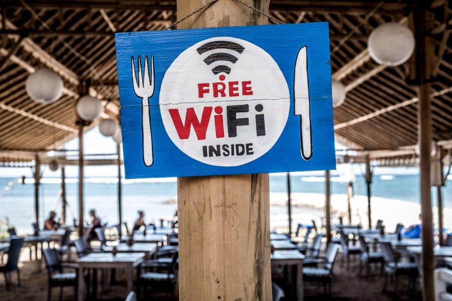 """O anúncio é bem técnico, mas imagine o seguinte: existe uma quantidade finita de frequências que uma transmissão sem fio pode utilizar. Até então, o Wi-Fi tinha autorização para funcionar em 2,4 e 5 GHz. No Brasil, por exemplo, é permitido utilizar 20 MHz de espectro (o """"pedaço"""" da frequência) em um dos 13 canais de 2,4 GHz. O que acontece se todos estiverem sobrecarregados? Isso mesmo: seu Wi-Fi sofre interferência e você fica puto porque a internet não funciona direito."""