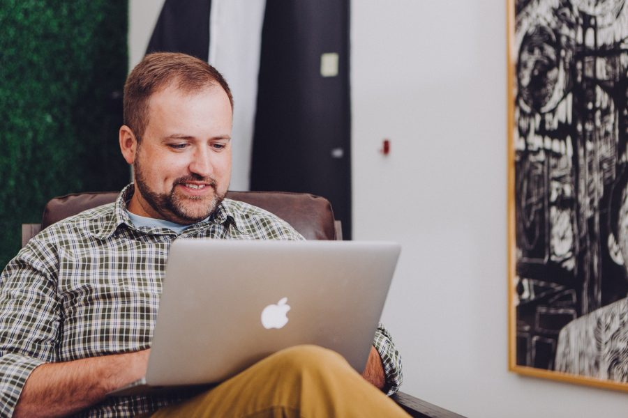 Se você tiver um cabo de rede na sua casa, o conecte no computador e no roteador ou modem, para ver se o problema está no conjunto de sua internet ou no seu Wi-Fi